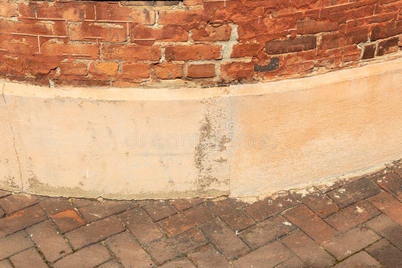 Détail de vieille brique et mur extérieur en béton avec des machines à paver de brique dans le modèle en arête de poisson, l'espa image libre de droits
