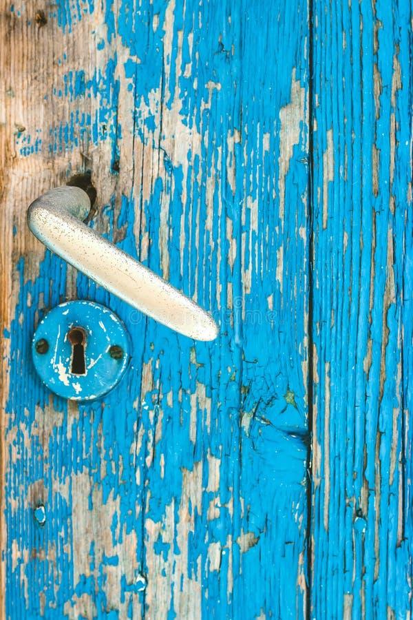 Détail de vieilles porte de sarcelle d'hiver et poignée de porte en bois en métal photos stock