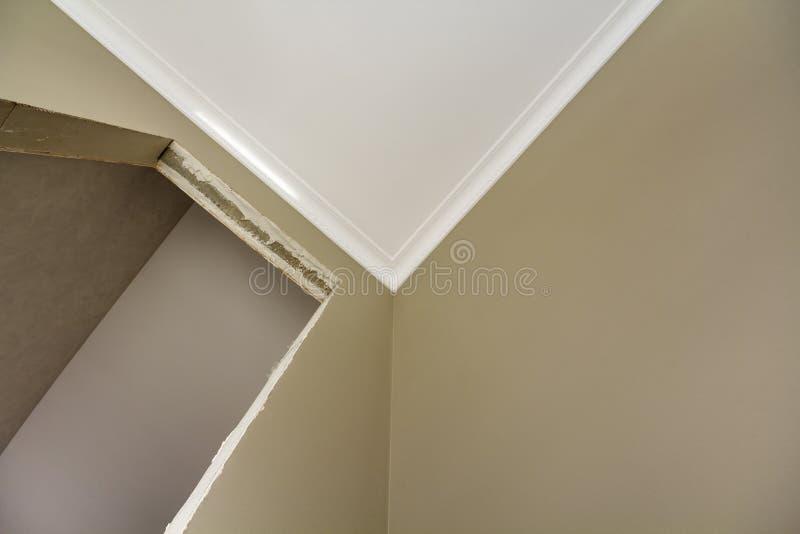 Détail de vue à angles de nouveau appartement ou maison non fini sous la reconstruction Plafond blanc, murs plâtrés, ouvertures d photo libre de droits