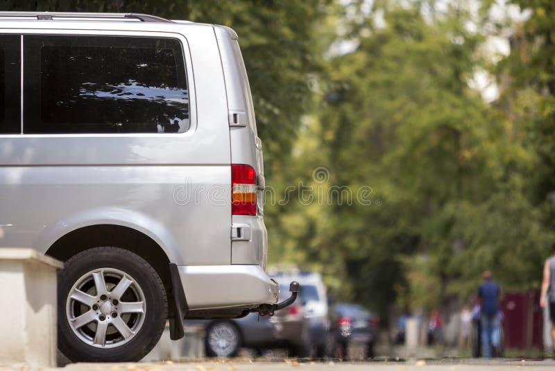 Détail de vue de côté du fourgon de luxe blanc de minibus de taille moyenne de passager garé sur le trottoir de rue de ville d'ét image libre de droits
