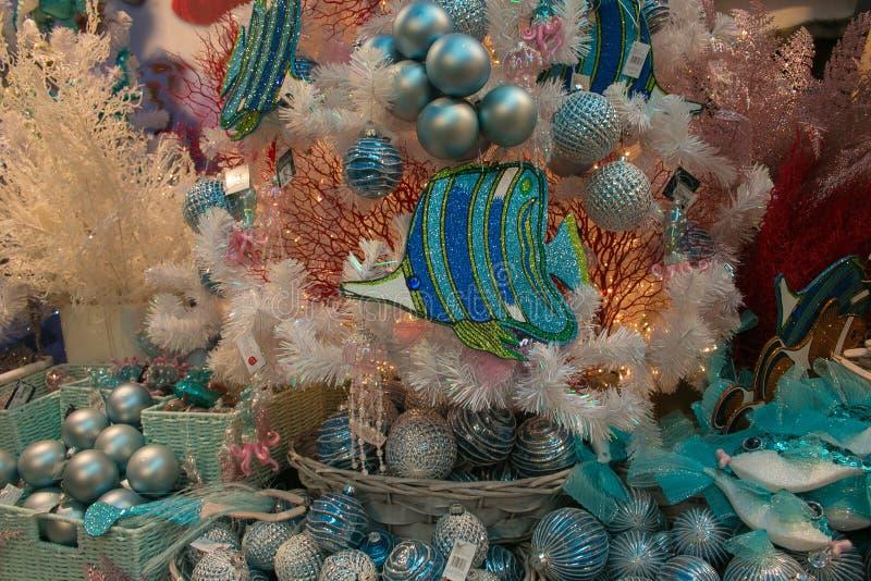 Détail des arbres de Noël décorés de décorations marines à l'intérieur du magasin de Noël à Porto Sant`Elpidio photos stock