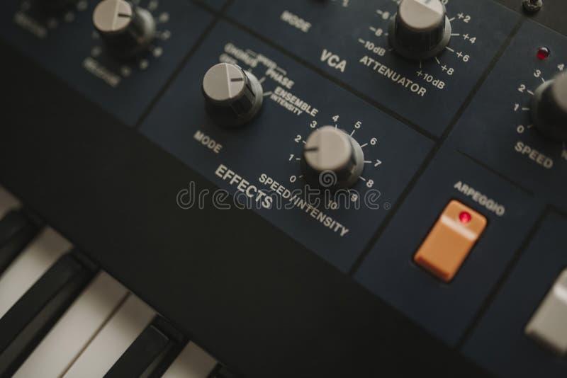 Détail des boutons musicaux de clavier et de contrôle de synthétiseur image stock