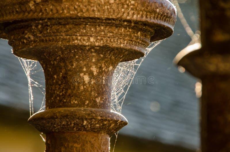 Détail des colonnes avec la toile d'araignée en Mont Saint Michael france photo libre de droits