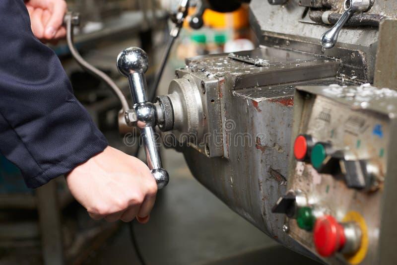 Détail des contrôles d'opération de mains d'ingénieurs sur le tour images stock