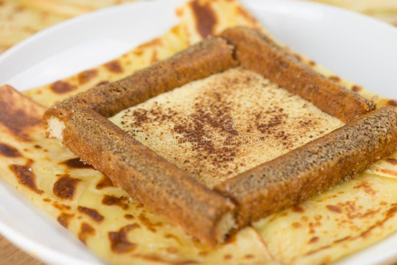 Détail des crêpes délicieuses de tiramisu remplies de poudre de mascarpone, de café et de chocolat Crêpe française avec le tirami images stock