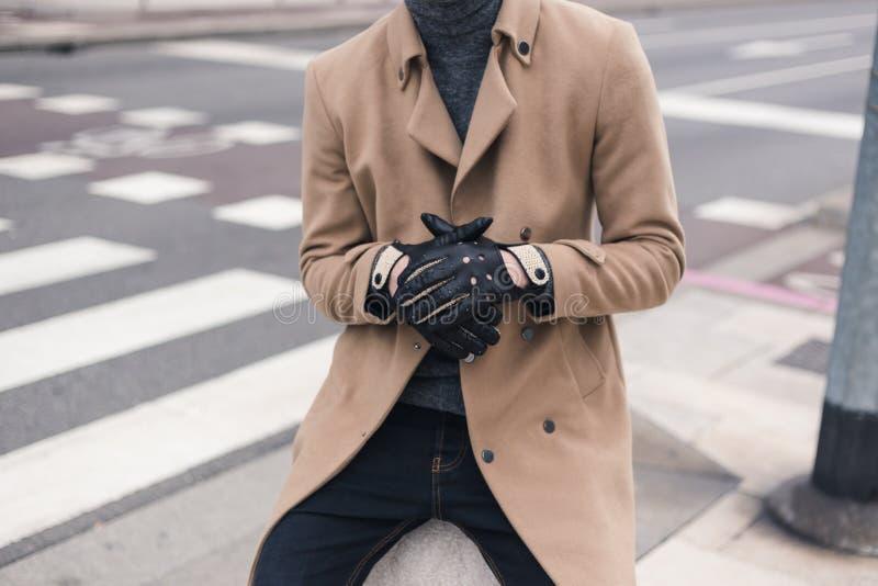 Détail des gants de port d'un jeune homme images stock