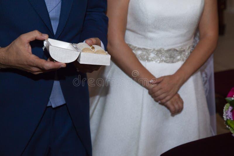 Détail des mains des jeunes mariés juste avant l'imposition de l'anneau photographie stock libre de droits