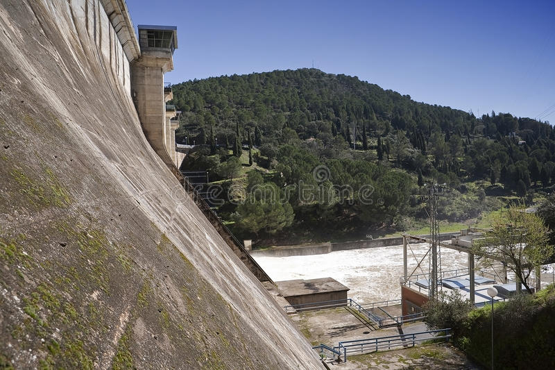 Détail des murs et des postes de commandement de soutènement dans le réservoir de Puente Nuevo photos libres de droits