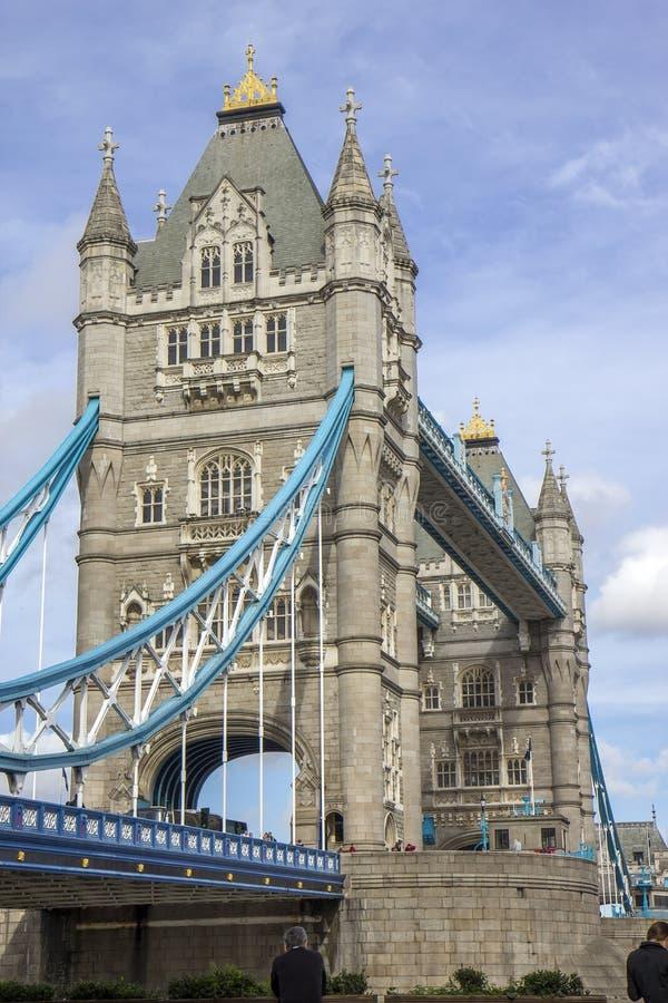 Détail des poutres et de la tour sur le pont de tour de la banque du sud Londres photos libres de droits