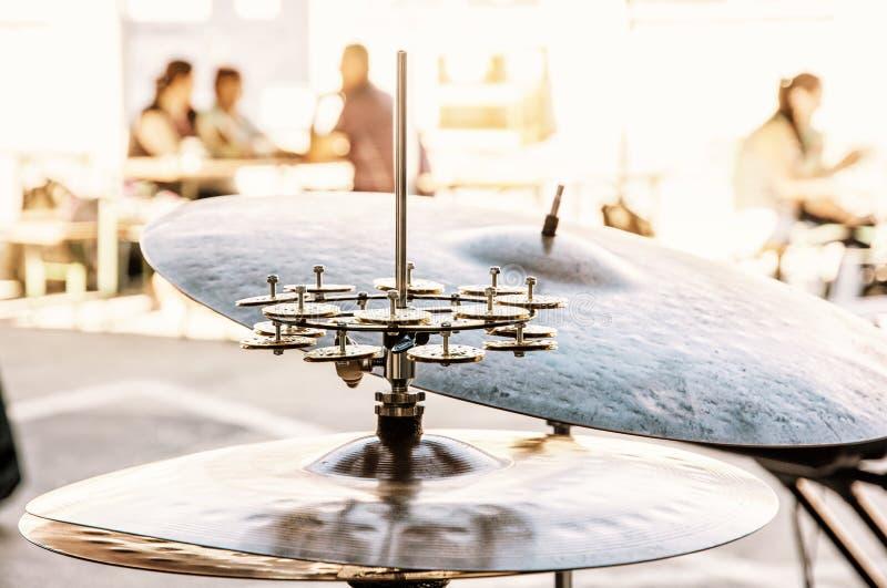 Détail des tambours et des cymbales, scène de concert, filtre jaune photographie stock