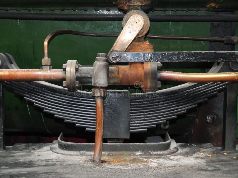 détail des tuyaux et du ressort lame sur une vieille locomotive à vapeur photos stock