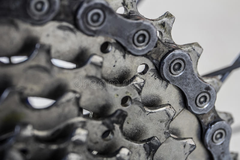 Détail des vitesses et de la chaîne arrière du vélo de montagne photographie stock