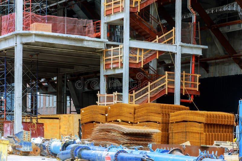 Détail du bâtiment ayant beaucoup d'étages dans des travailleurs de chantier de construction photographie stock