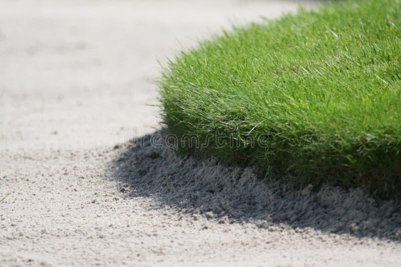 Détail du bord de la soute de sable de golf images stock