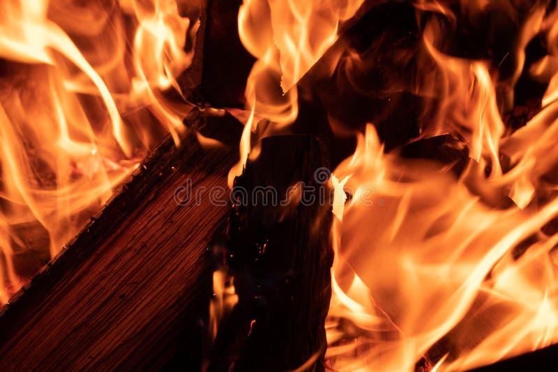 Détail du feu brûlant en bois image stock