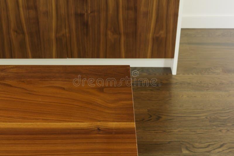 Détail du grain en bois de table de salle à manger contre le plancher et le coffret images stock