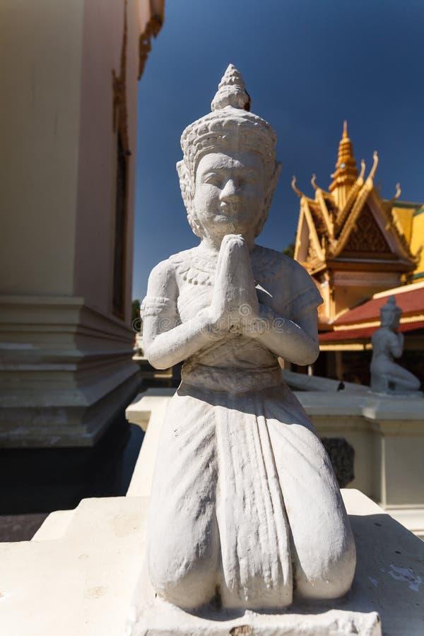 Détail du plan rapproché de l'agenouillement, statue de prière de Bouddha au palais royal Phnom Penh photos libres de droits