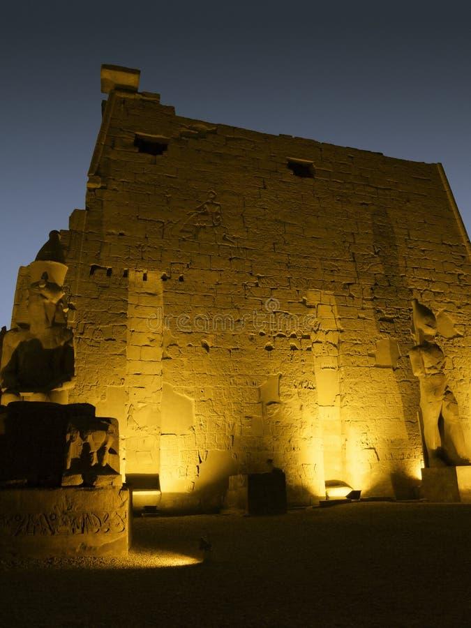 Détail du temple de Louxor lumineux par jaune images stock