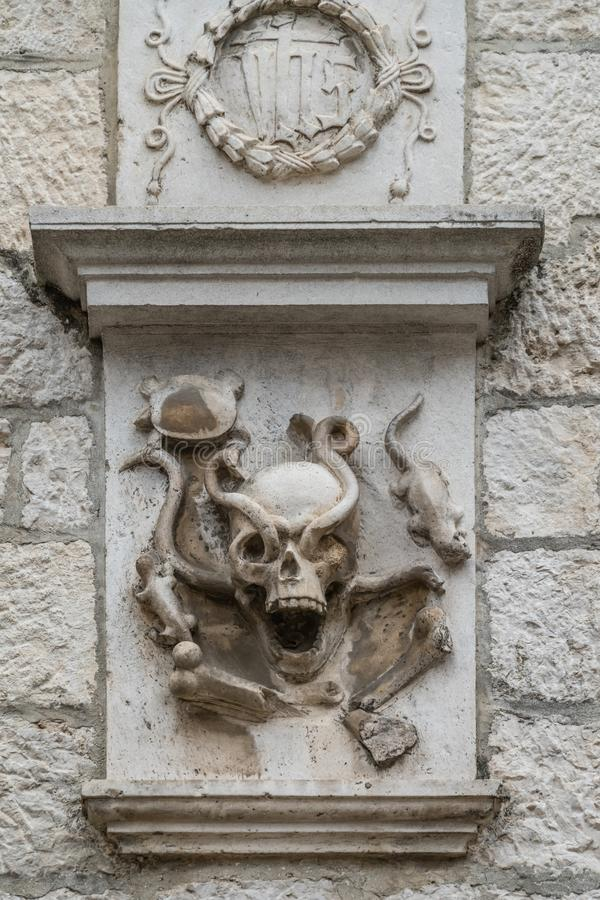 Détail effrayant d'art sur un mur d'église image libre de droits