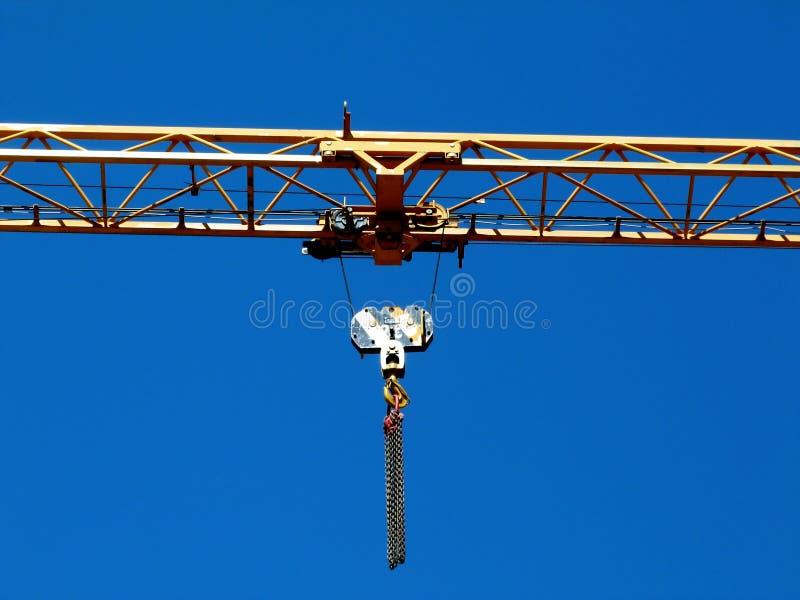 Détail en acier jaune de boom de grue de botte sous le ciel bleu image libre de droits