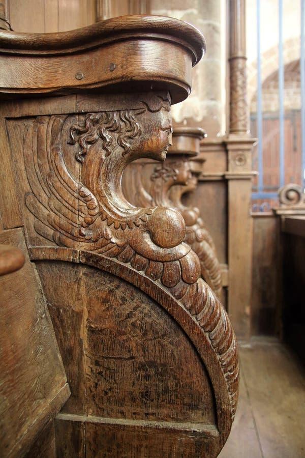 Détail en bois découpant sur des sièges de choeur dans l'abbaye de Lonlay image stock