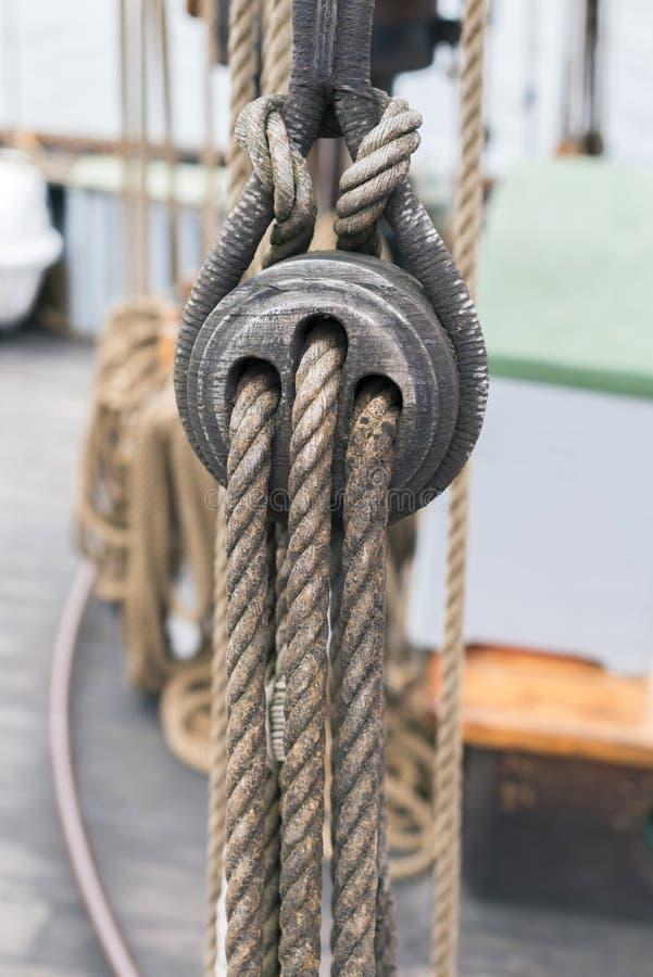 Détail en bois de poulies et de cordes de voilier images libres de droits