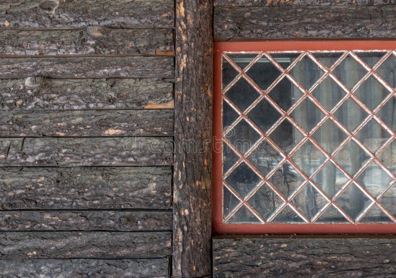 Détail en bois de voie de garage d'écorce et fenêtre rouge photos stock