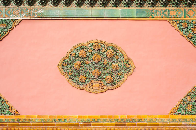 Détail en céramique fleuri sur un mur chez le Cité interdite, Pékin, Chine photos stock