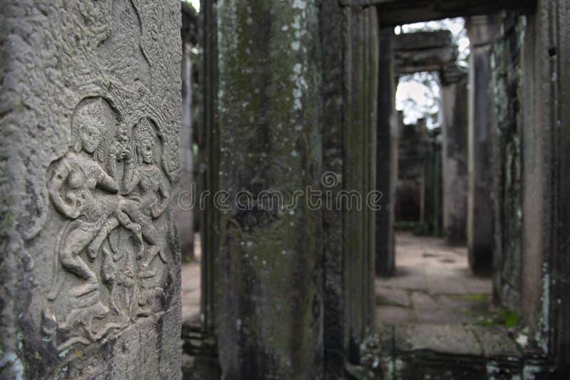 Détail haut étroit des découpages antiques dans le temple d'Angkor Vat, Siem Reap, Cambodge photographie stock