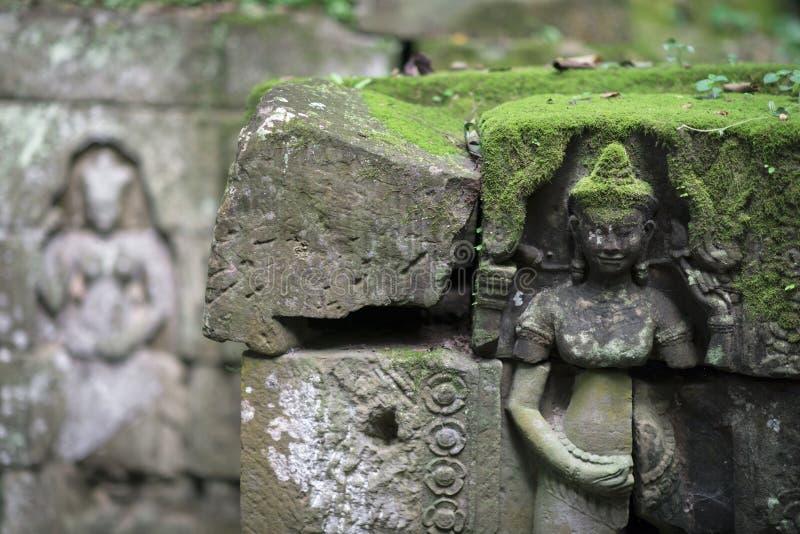 Détail haut étroit des découpages antiques de soulagement dans le temple d'Angkor Vat, Siem Reap, Cambodge photographie stock