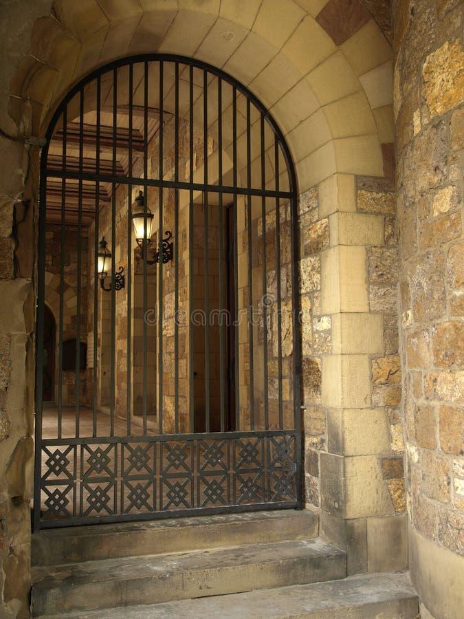 Détail historique de porte de fer travaillé d'église photos stock