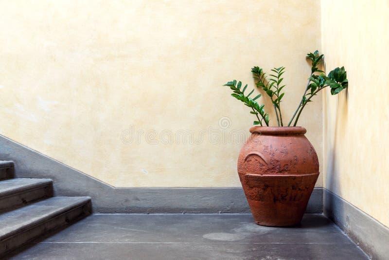 Détail intérieur avec le broc et les fleurs photographie stock