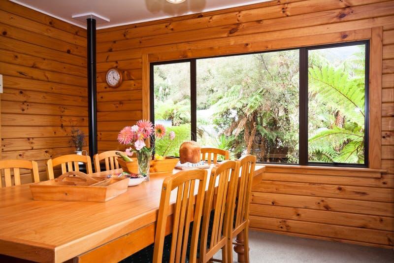 Détail intérieur de salle à manger de loge en bois photographie stock libre de droits