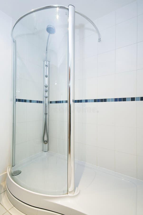 Détail moderne de salle de bains avec la douche de lage photos libres de droits