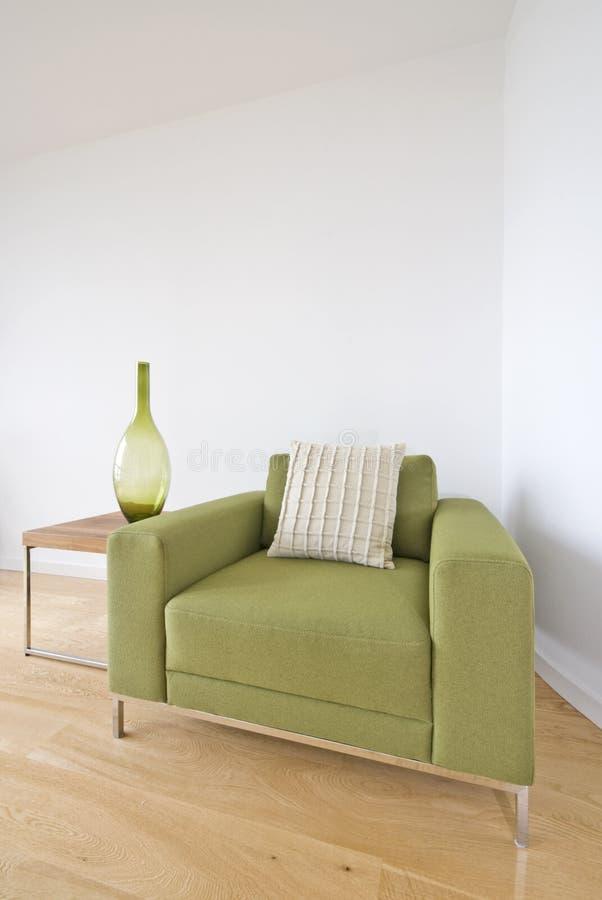 Détail moderne de salle de séjour avec le fauteuil vert image libre de droits
