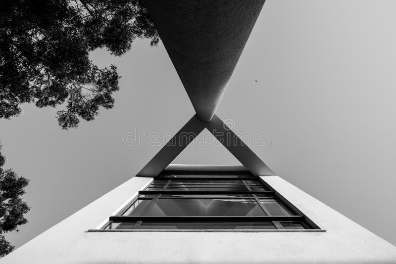 Détail noir et blanc d'une construction, très contrasty, vers le haut de la vue images libres de droits