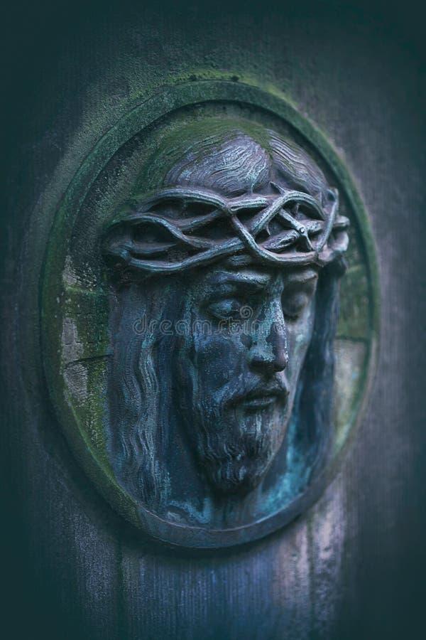 Détail ovale moussu superficiel par les agents de portrait de Jésus sur la pierre tombale images libres de droits