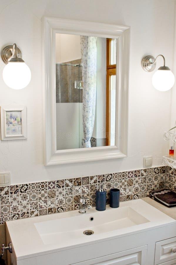 Détail rectangulaire blanc d'évier avec le robinet de chrome photo libre de droits