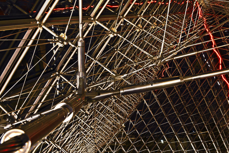 Détail structurel à l'intérieur de pyramide de Louvre image stock