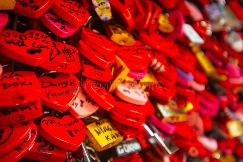 Détail sur les serrures rouges d'amour à Vérone photos stock