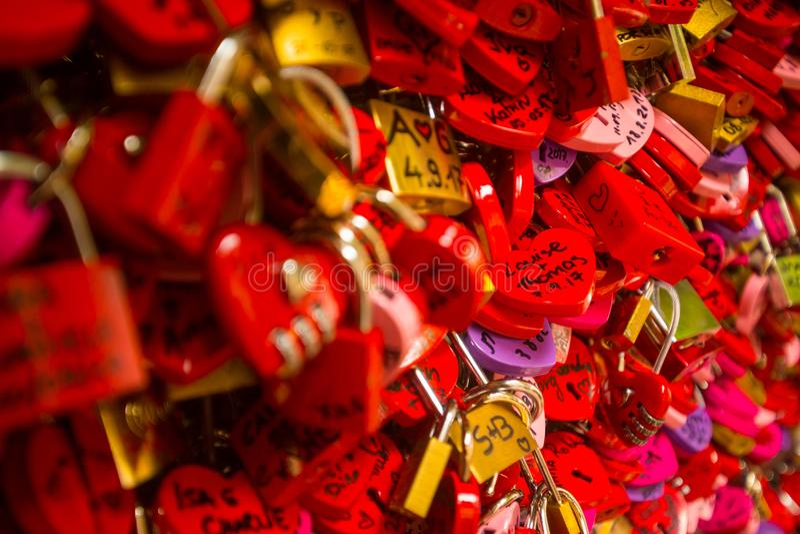 Détail sur les serrures rouges d'amour image stock