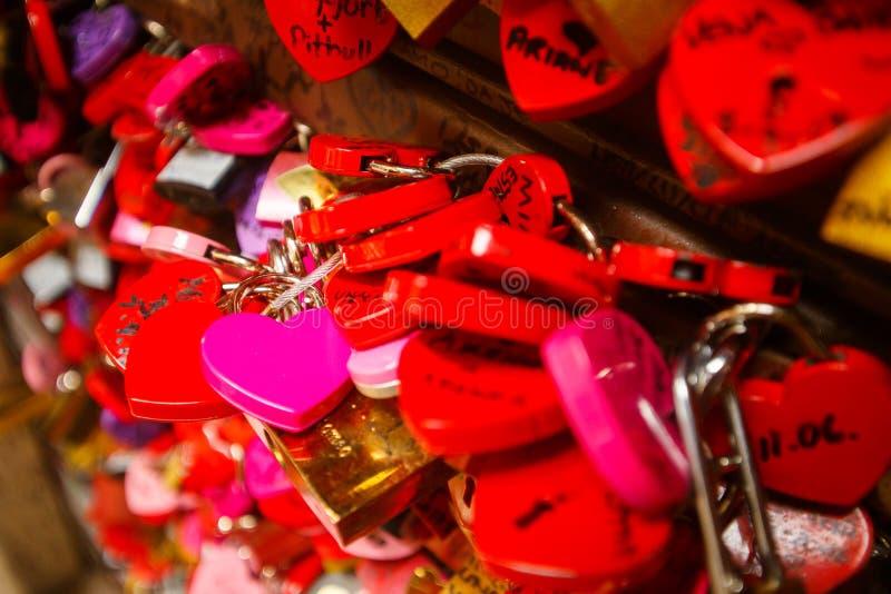 Détail sur une serrure rose d'amour images libres de droits