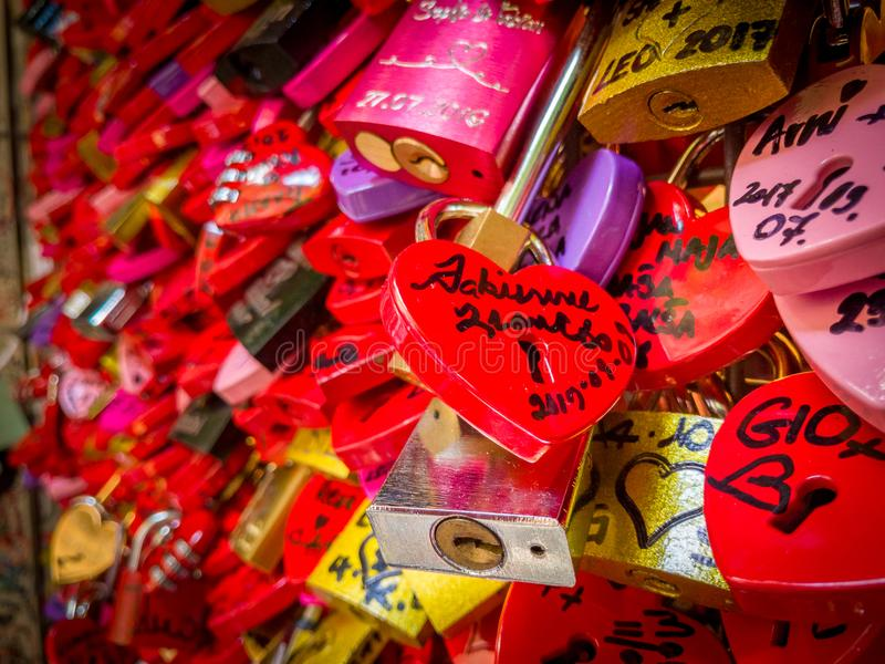 Détail sur une serrure rouge d'amour à Vérone photo stock