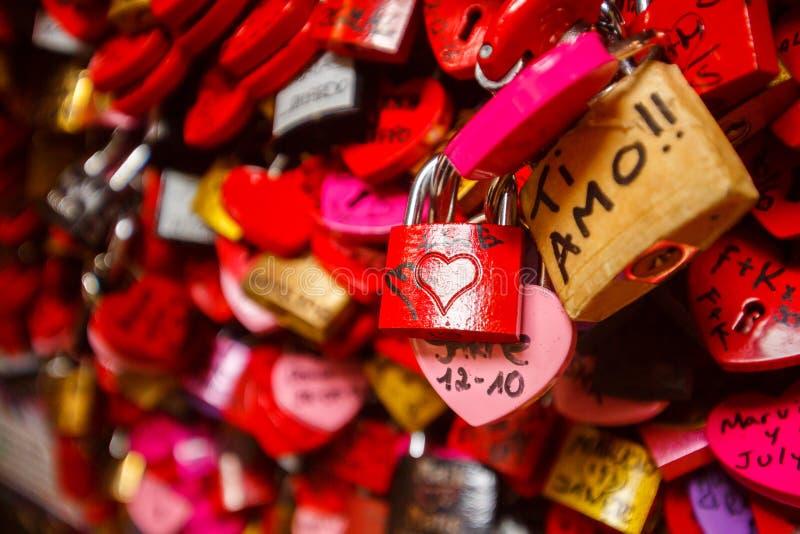 Détail sur une serrure rouge d'amour photo stock