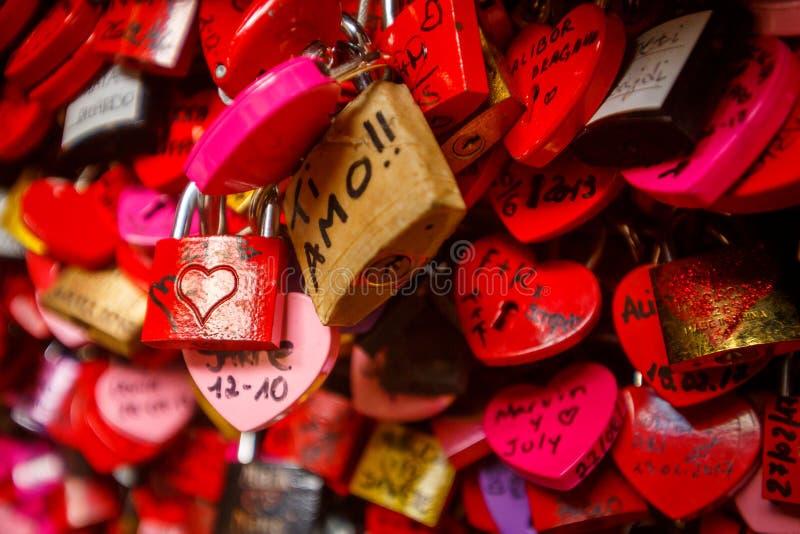 Détail sur une serrure rouge d'amour photos stock