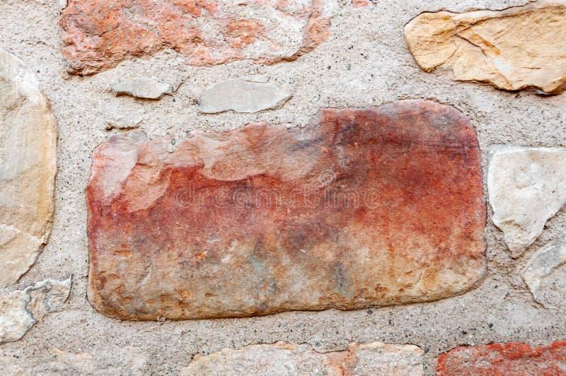 Détail typique d'un mur antique d'une maison italienne à Rimini, sur la côte adriatique, faite de pierres main-découpées images stock