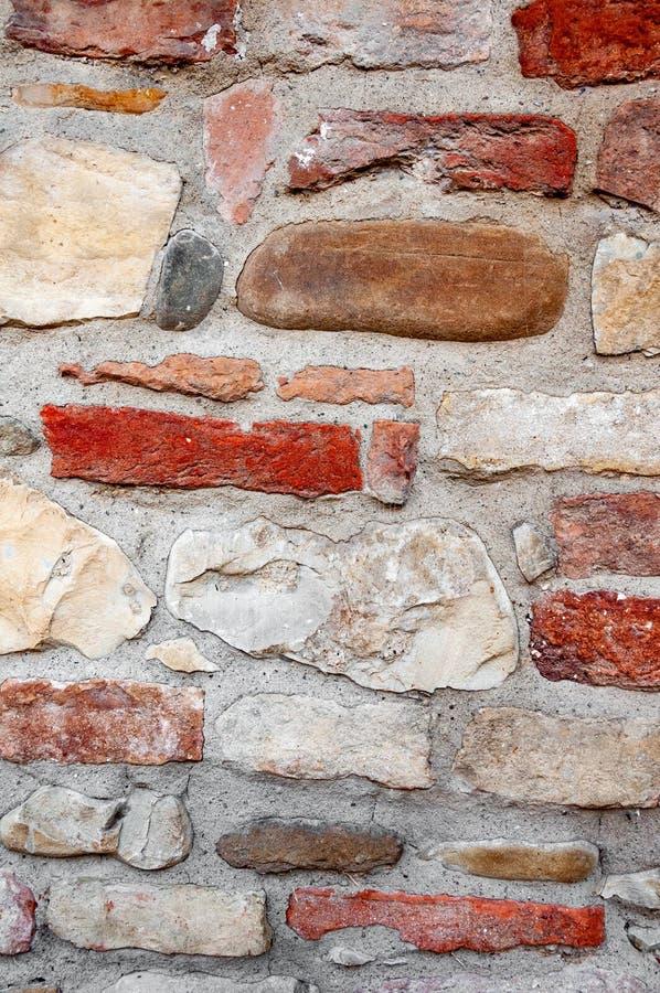 Détail typique d'un mur antique d'une maison italienne à Rimini, sur la côte adriatique, faite de pierres main-découpées photographie stock libre de droits