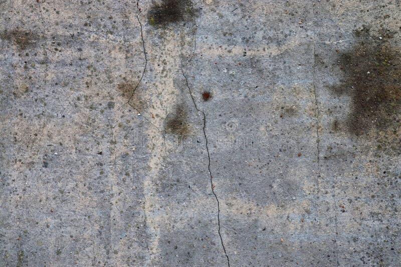 Détaillé étroitement vers le haut de la vue sur le béton superficiel par les agents et cimenter des textures criquées de mur photographie stock libre de droits