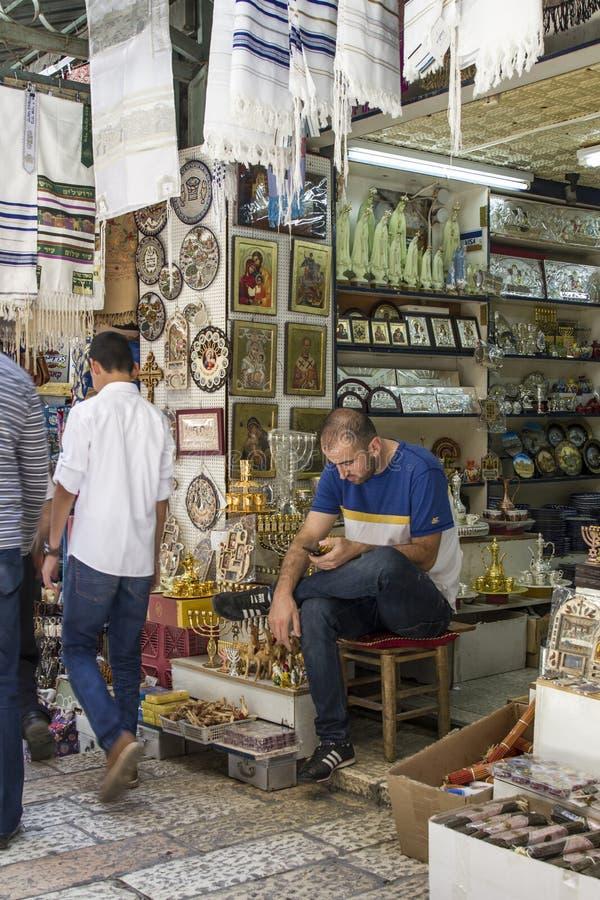 Détaillant près de sa boutique dans la rue du marché dans l'allée antique de coblestone dans la vieille ville de Jérusalem images stock