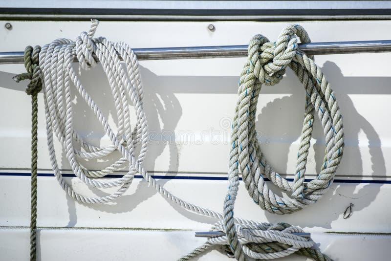 Détaillez l'image des cordes et des crampons sur le voilier de yacht image libre de droits